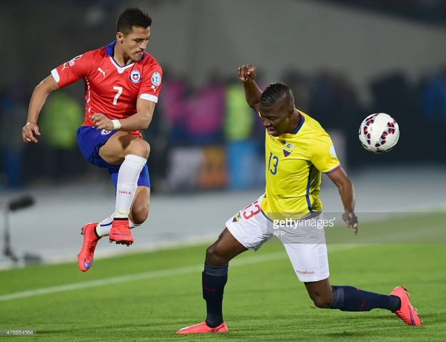 Chile's forward Alexis Sanchez (L) vies with Ecuador's forward Enner Valencia during the Copa America inauguration football match at the Nacional stadium in Santiago, on June 11, 2015. Chile won 2-0. AFP PHOTO / MARTIN BERNETTI